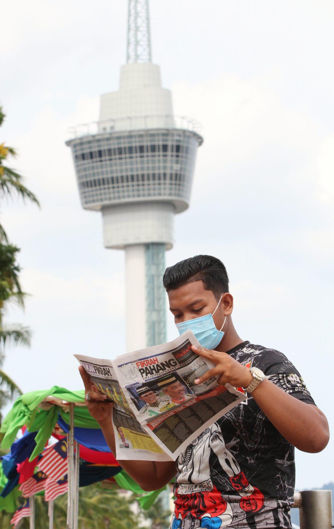 Warga kuantan bersama keluaran pertama akhbar Fikrah Pahang