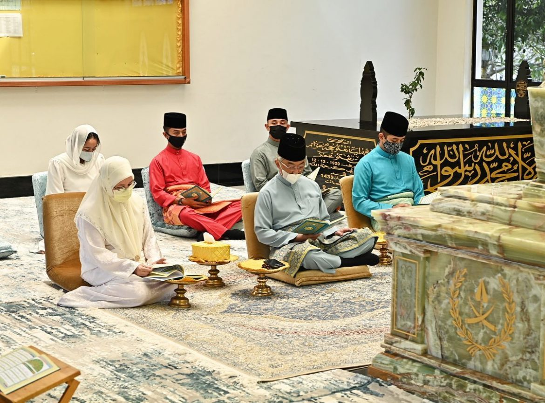Al-Sultan Abdullah ziarah pusara Almarhum Ayahanda