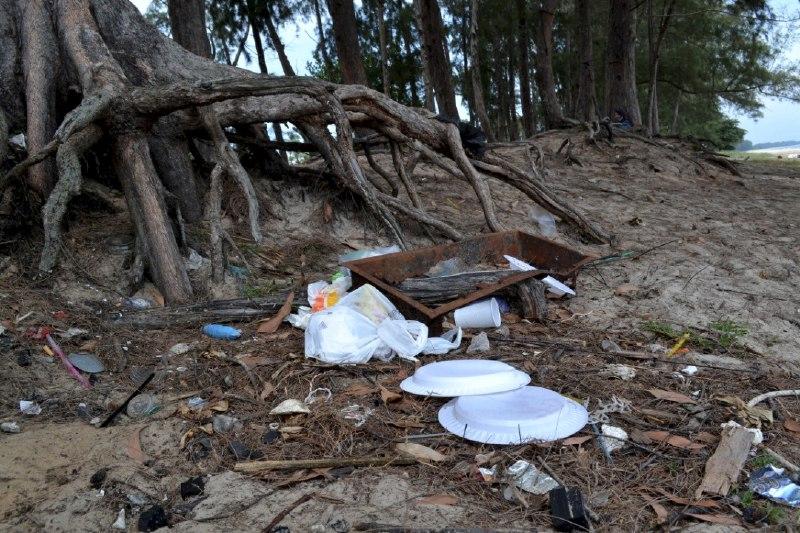 Longgokan sampah cemari Pantai Sepat