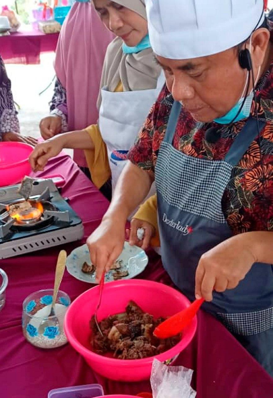 Wakil Rakyat Padang Tengku pakar kuih dan juadah tradisional Pahang.