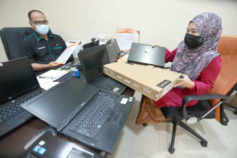 UIAM beri komputer riba kepada penuntut daripada keluarga miskin