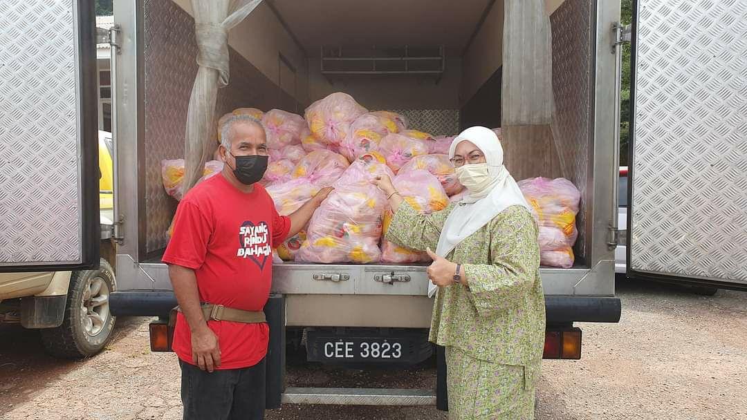 Keluarga miskin di Kuala Sentul dapat ayam mentah percuma