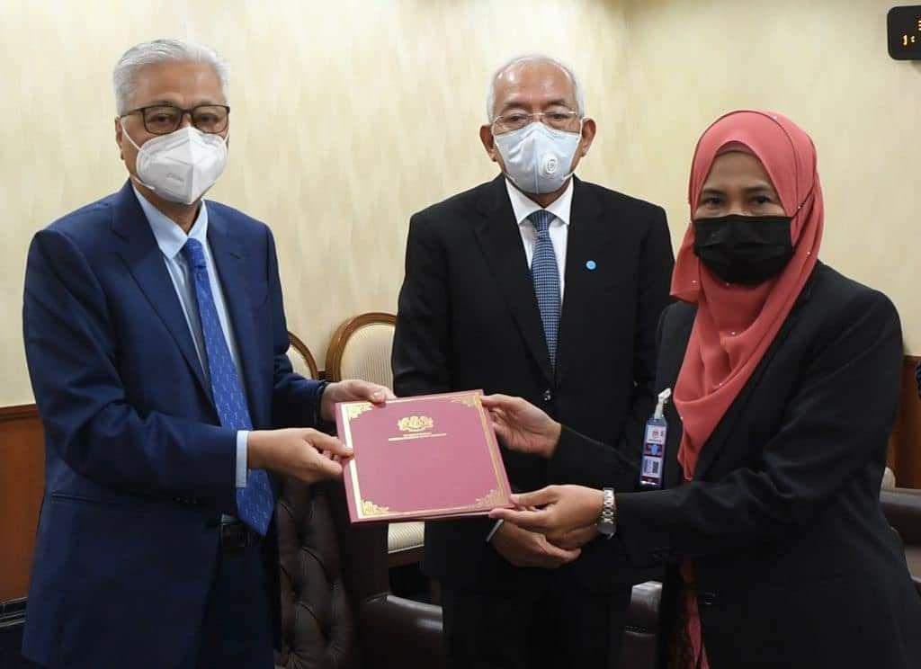PM serah surat pelantikan kepada wanita Orang Asli pertama dilantik Ketua Pengarah JAKOA