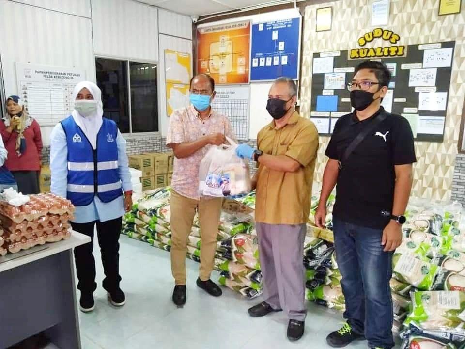 ADUN Muadzam Shah ligat agih bantuan buat penduduk terkesan