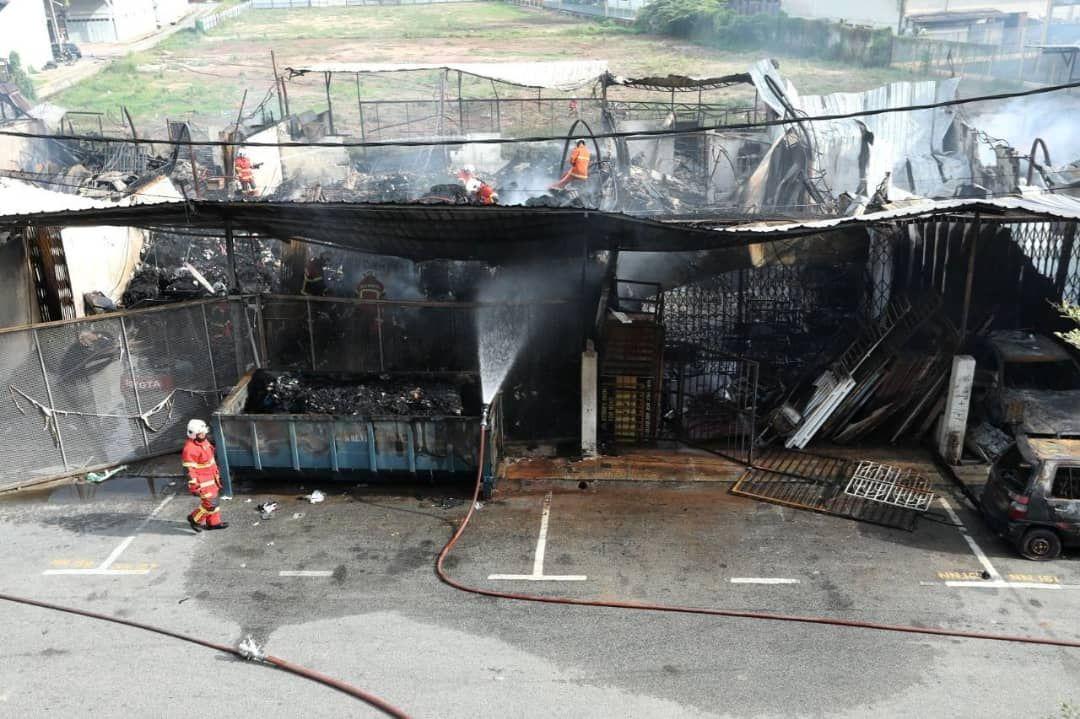 Sembilan lot bengkel dan stor musnah terbakar