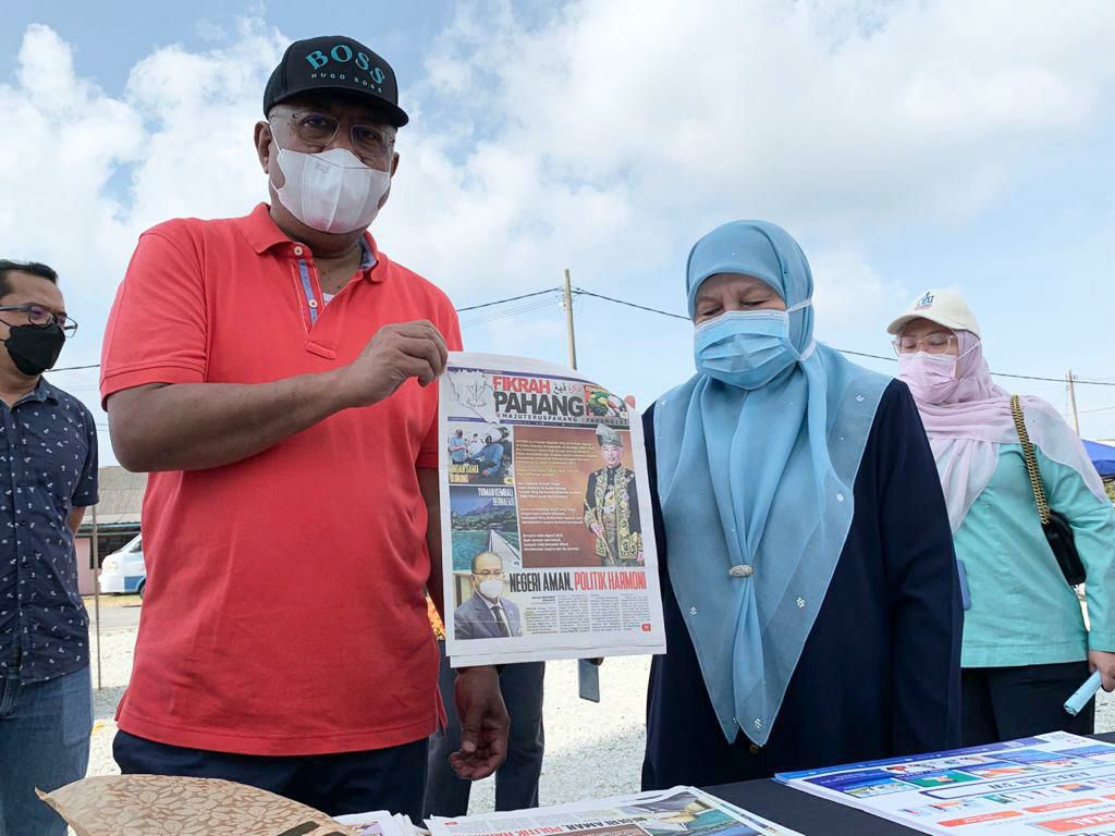 Akhbar Fikrah Pahang diedar kepada pengunjung Pasar Pagi Terbuka Peramu